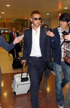 本田選手のスーツ姿がカッコいいのは着こなし術かもしれません。